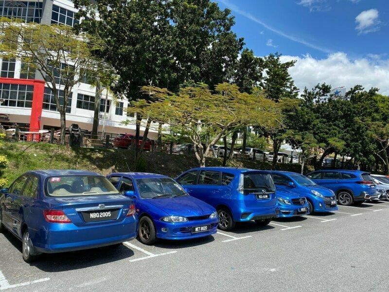 Машины другого цвета на эту парковку не пускают