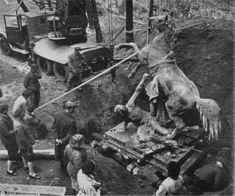 Кони с Аничкова моста в Ленинграде пережили войну под землёй; достали их в 1945-м.