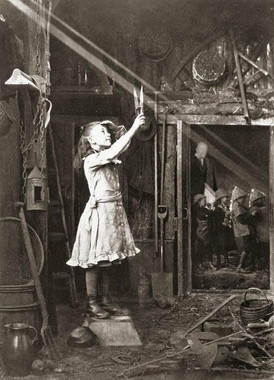 """Девочка """"режет"""" ножницами солнечный луч. Шотландия, 1886 год."""