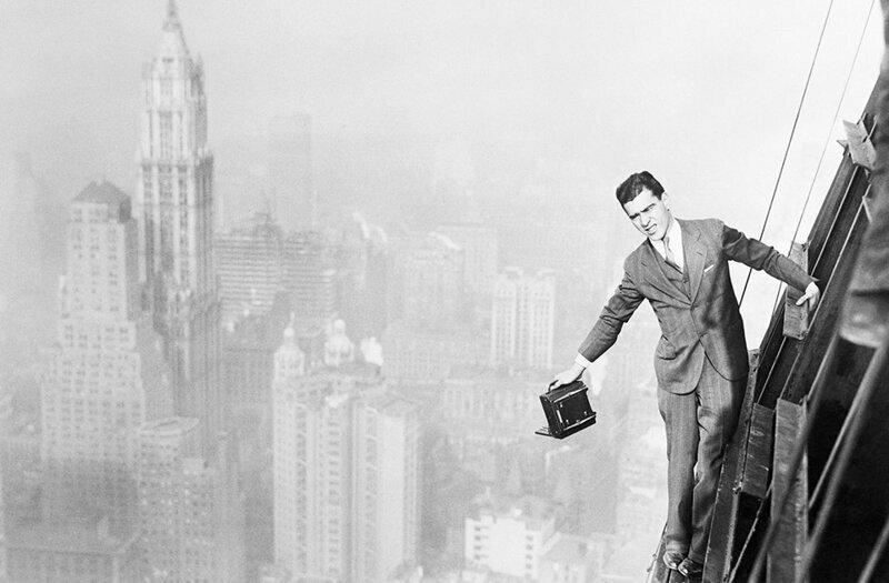 Фотограф Джек Рейли на 72-м этаже строящегося 74-этажного небоскрёба.Банк Манхэттена на Уолл-стрит в Нью-Йорке.13 ноября 1929 года.
