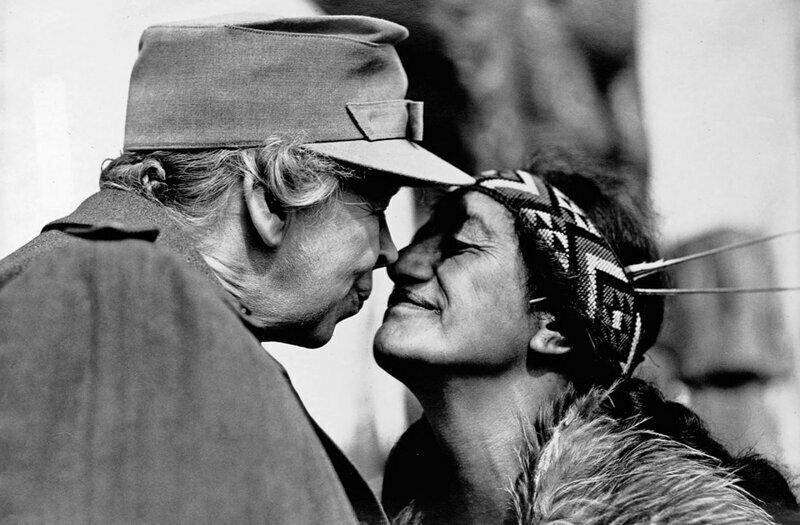 Элеонора Рузвельт приветствует женщину-маори из Новой Зеландии.Примерно 1940 год.