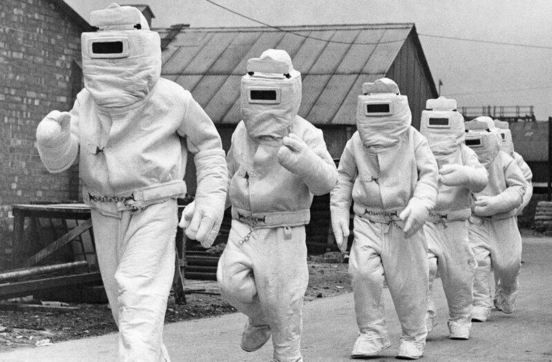 Асбестовые противопожарные костюмы,предназначенные для использования морской авиации Великобритании,демонстрируют на заводе-изготовителе,октябрь 1940..