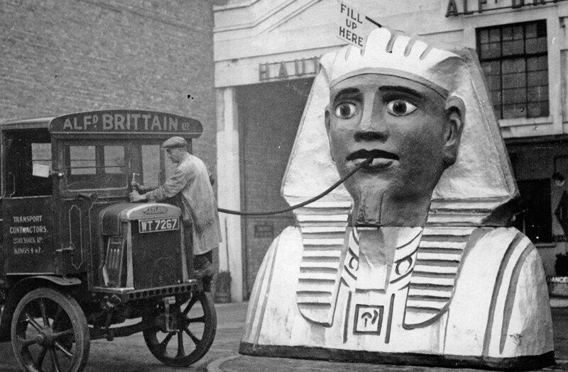 Оригинальная автозаправка в Лондоне,1930 год