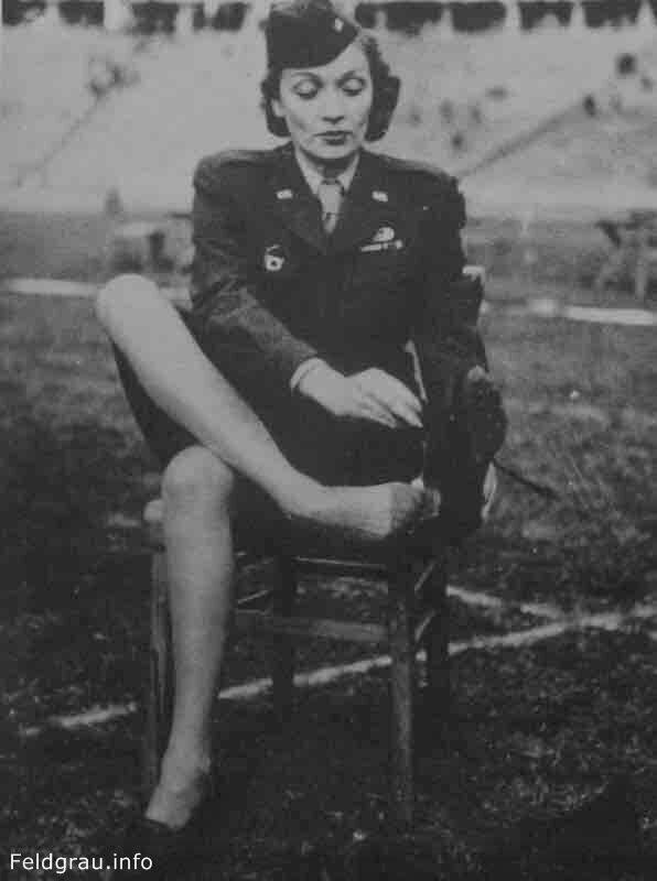 Портрет киноактрисы и певицы Марлен Дитрих (Marlene Dietrich, 1901—1992) на стадионе в Берлине.