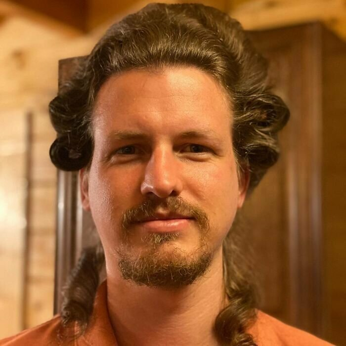 Изнывая от безделья: парикмахер тренируется на собственном парне