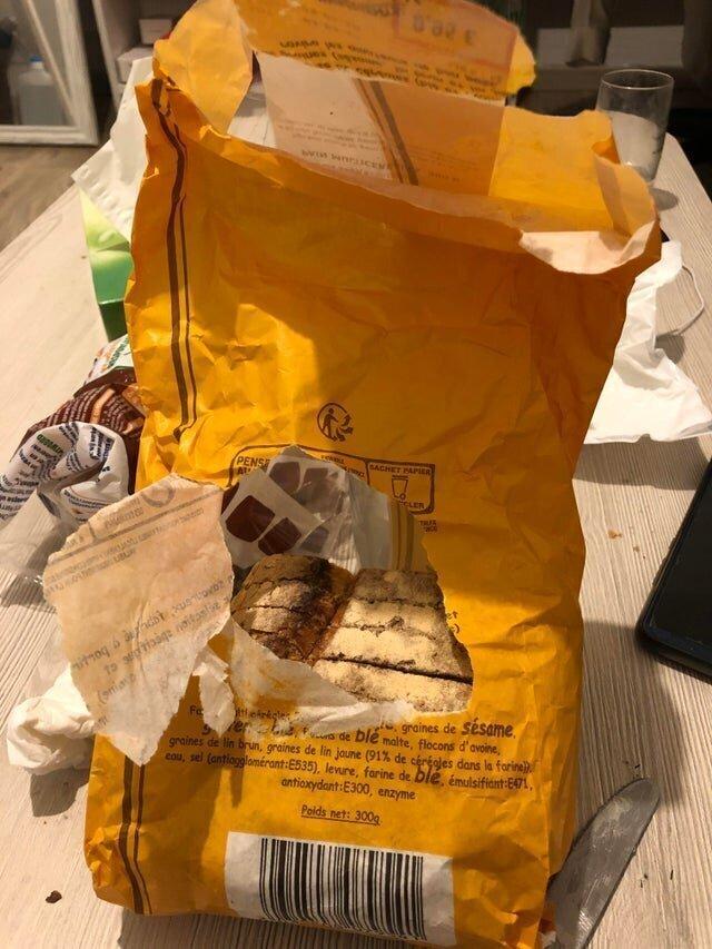 Вот так моя сестра разрывает пакет с хлебом