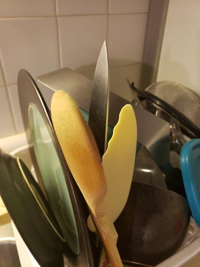 Мама ставит ножи в сушилку остриём вверх
