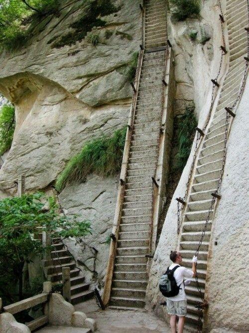1. Hua Shan (Цветочная гора) - вертикальная лестница в Китае. Мало того, что ее высота составляет 2130 метров, так еще и забираться на нее нужно по цепям