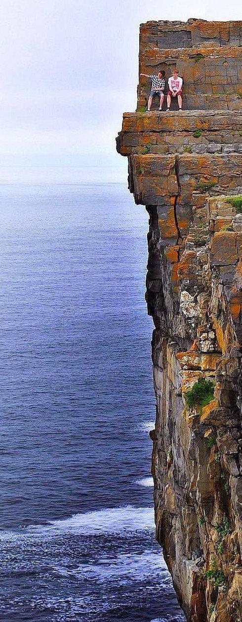 13. На вершине спокойствия. Парни расположились на Дун-Энгус — доисторическом форт в Ирландии, который был создан для охраны территорий