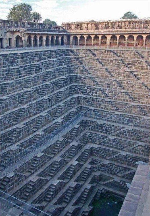 5. А это Чанд Баори — ступенчатый колодец в Индии. Его глубина составляет более 30 метров