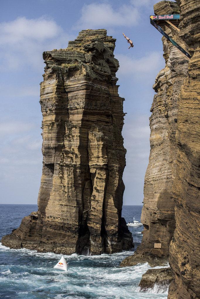 8. Клифф-джампин - это прыжки со скалы без снаряжения