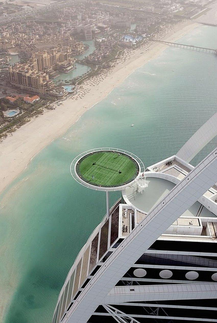 """12. Да, ваши глаза вас не обманывают! Это самый высочайший теннисный корт на вершине 4-ого по высоте отеля """"Бурдж аль-Араб"""" в Дубаи"""