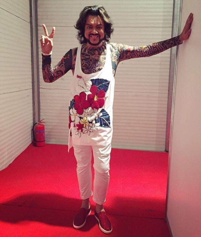 Любимый бренд исполнителя – Dolce & Gabbana. Ну а еще кто из кутурье пришьет ему столько стразиков и перьев на одежку?