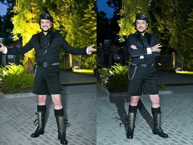 Известно, что у певца имеется специалист, который помогает подбирать походящую одежду под каждый выход…