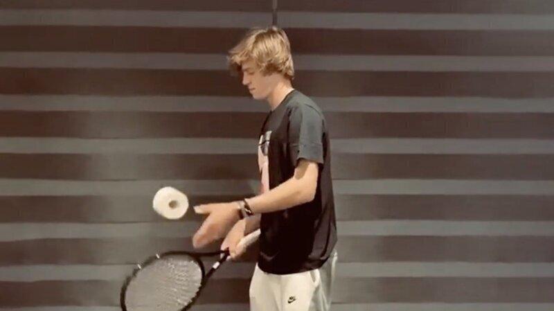 Спортсмены запустили уже не один челлендж с туалетной бумагой, используя ее вместо мяча