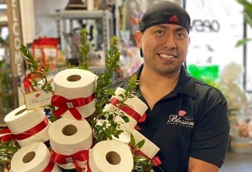 Американский флорист создает букеты из туалетной бумаги