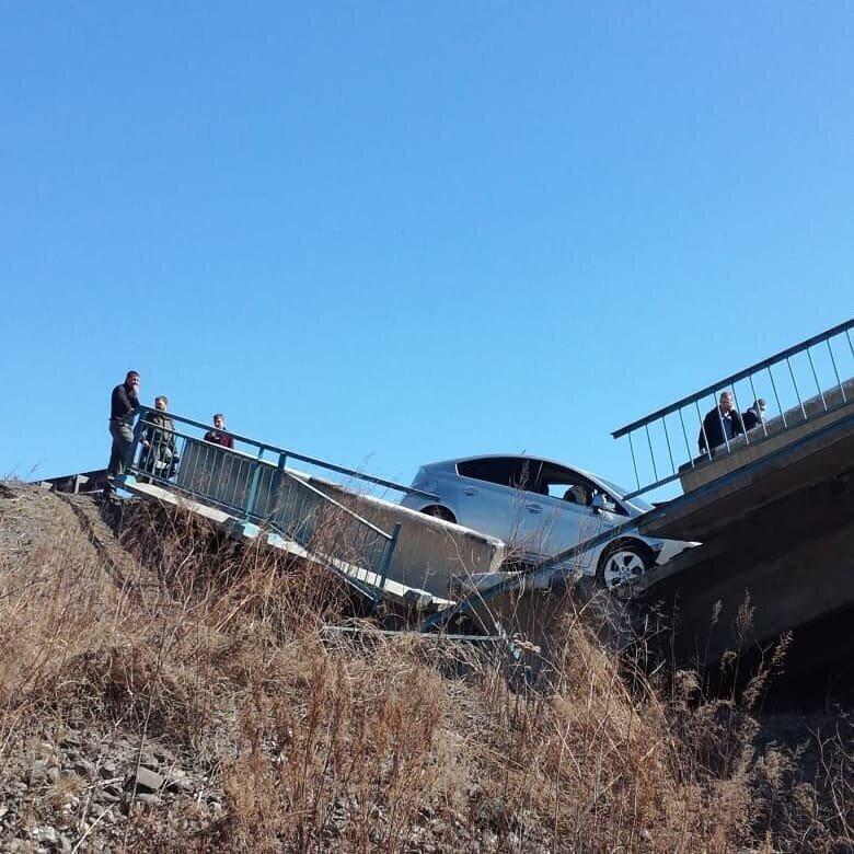 Водитель заснял на регистратор, как мост проваливается у него под колесами
