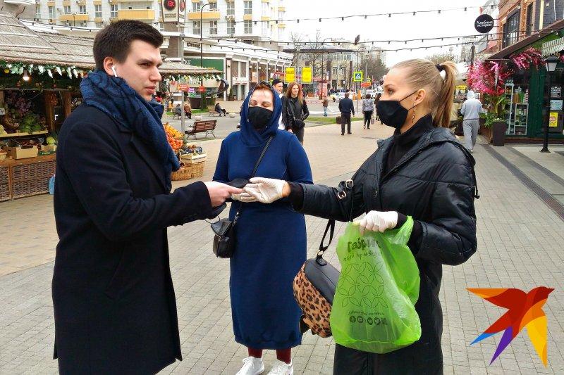 Во многих городах люди сами делают маски и раздают их на улицах совершенно бесплатно