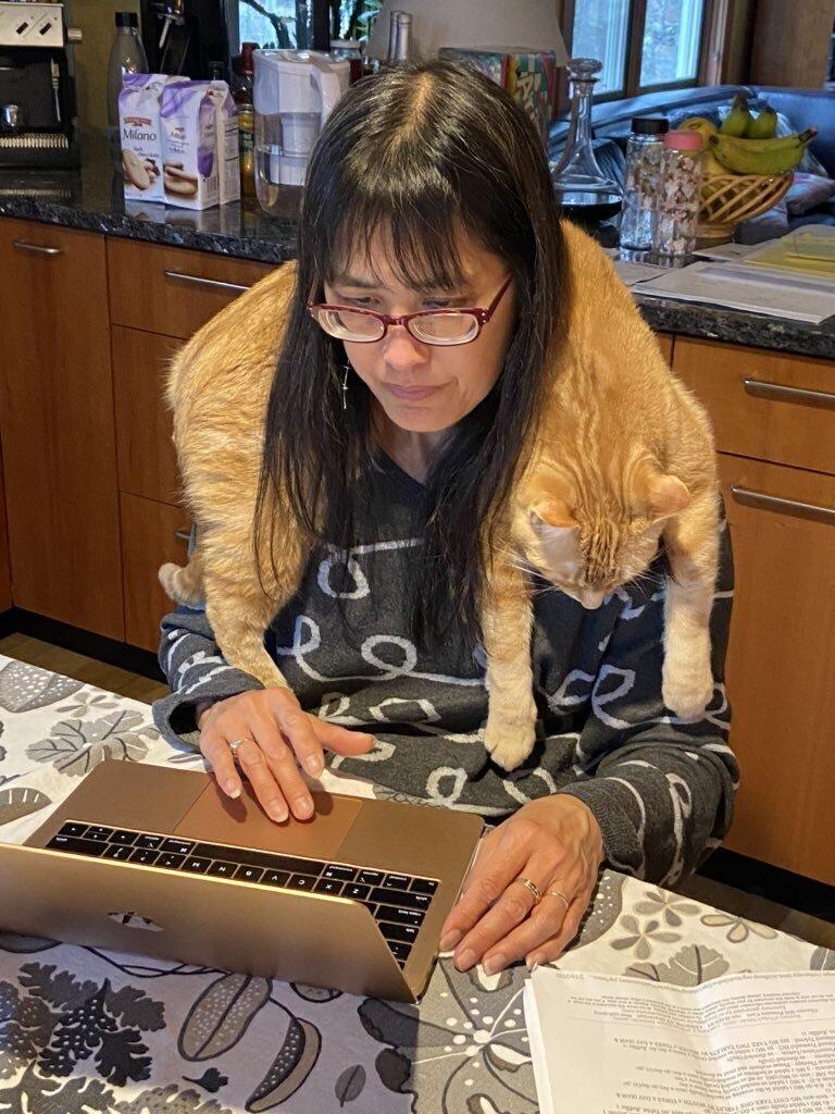 """2. """"Это моя мама и ее кот Хоббс. Да, он любит так спать!"""""""