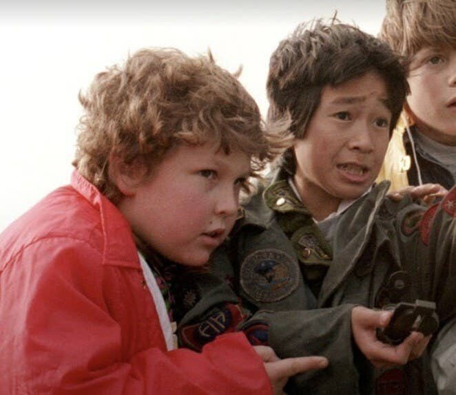 "10-летний Джефф Коэн (Лоуренс ""Чанк"" Коэн) и 12-летний Джонатан Ке Кван (Ричард ""Дата"" Ванг) в ""Балбесах"" 1985 года"