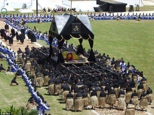 Могильщики, отправляющие в последний путь короля Тонга, 100 дней после похорон не должны пользоваться руками