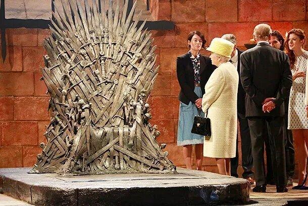 Английской королеве запрещено садиться на чужие троны