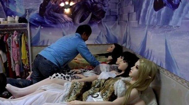После развода китаец стал жить с семью куклами сразу