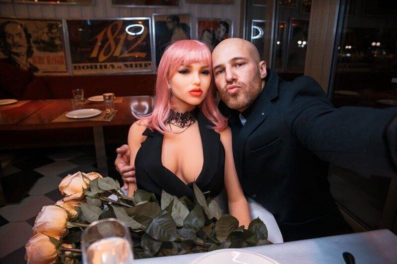 Бодибилдер из Казахстана Юрий Толочко влюбился в куклу и решил на ней жениться