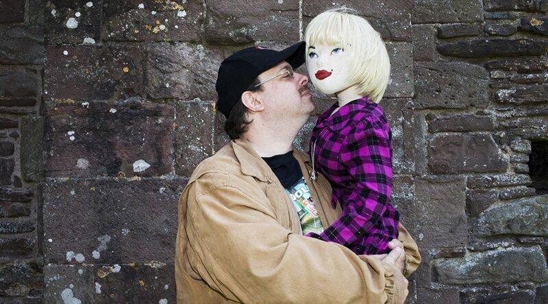 Роберт и его кукла Кэти. Он сам шьет для нее одежду, ведь денег на дорогие наряды у мужчины нет