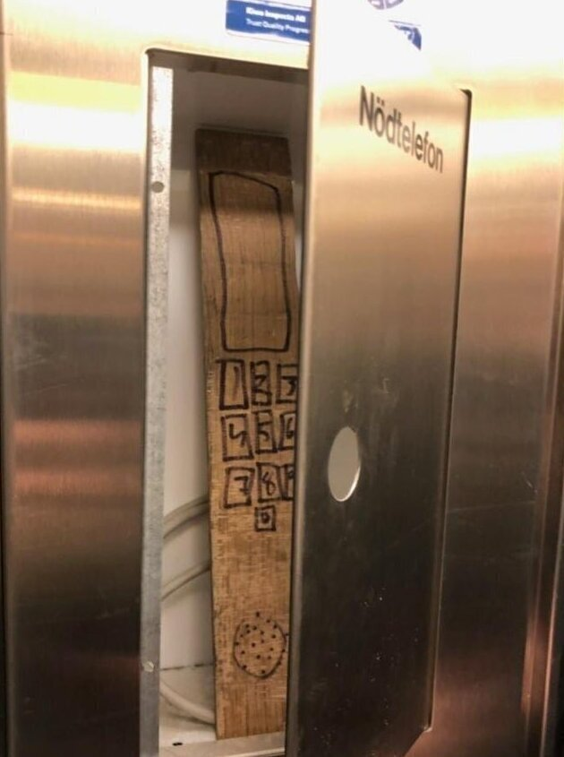 Надпись: телефон для экстренных вызовов