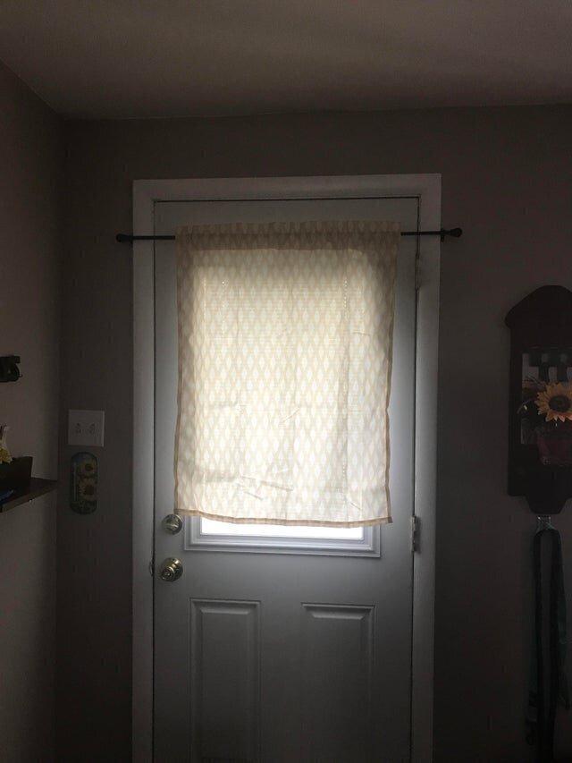 Отец повесил карниз над дверью