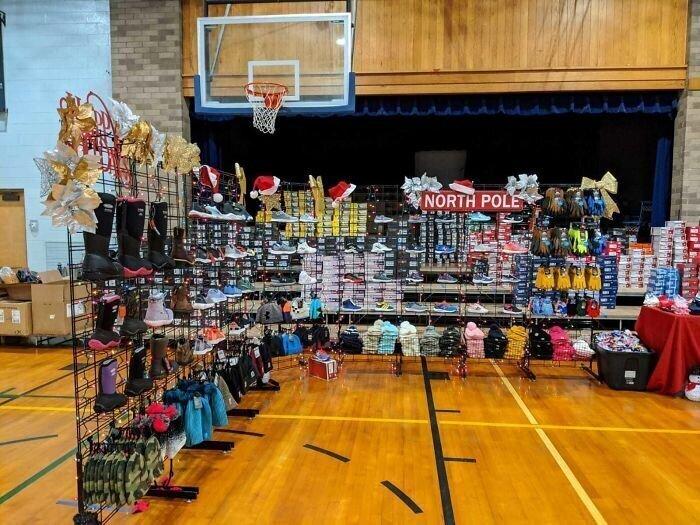 """""""Моя мама работает в начальной школе в бедном районе Пенсильвании. Сегодня кто-то анонимно пожертвовал обувь, шапки, перчатки для всех учеников"""""""