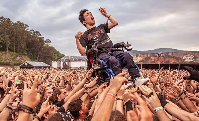 """""""Фаната рок-музыки в инвалидном кресле подняли на руках, чтобы он увидел любимых музыкантов"""""""