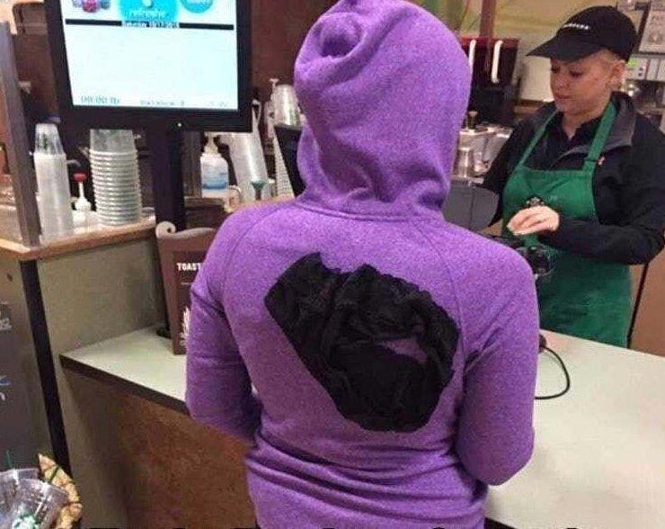 1. Понедельник, утро, девушка в кафе с трусами на толстовке