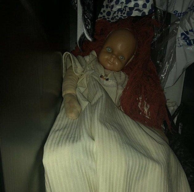 """""""Познакомьтесь с Джинджер. Это старая кукла моей жены. Теперь она живет в шкафу"""""""