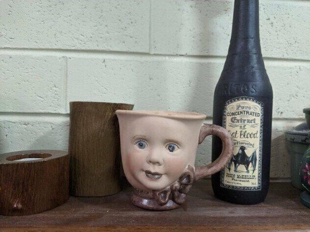 """""""Я сделала эту чашку в детстве на мастер-классе. Мне нравится, как смешно и жутковато она выглядит. Думаю посадить в нее какой-нибудь фальшивый суккулент"""""""