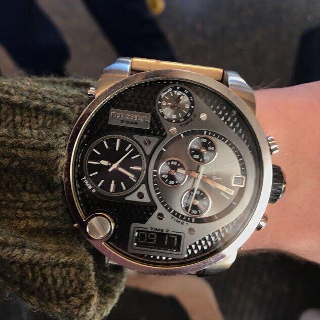 """""""Я начну. Это мои часы Diesel. Я случайно выиграл их в конкурсе и с тех пор ненавижу. Они стоят несколько сотен, но я их никогда не продам. Потому что такое уродство разве где еще встретится?"""""""