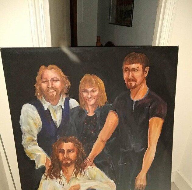 """""""Когда мы въехали в этот дом, наш хороший друг решил подарить нам """"семейный портрет"""". Он огромный и трогательный - до жути"""""""