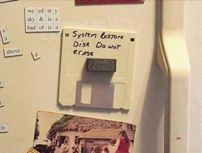 """15. """"Я просто оставлю это здесь: """"Диск восстановления системы. Не стирать"""""""