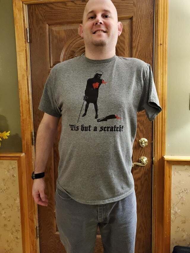 "Надпись на футболке: ""Просто царапина"""