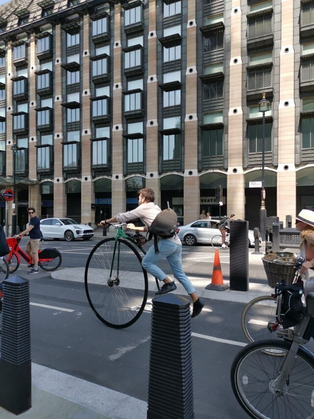 Забраться на такой велосипед очень сложно
