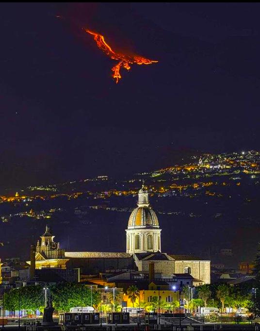 Вулкан выглядит как птица Феникс