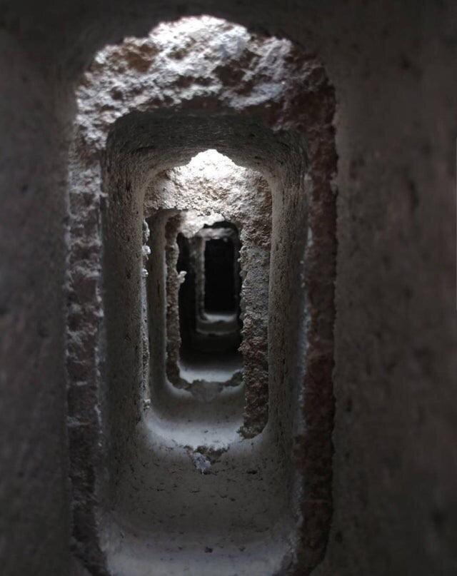 Уложенные блоки выглядят как вход в пещеру