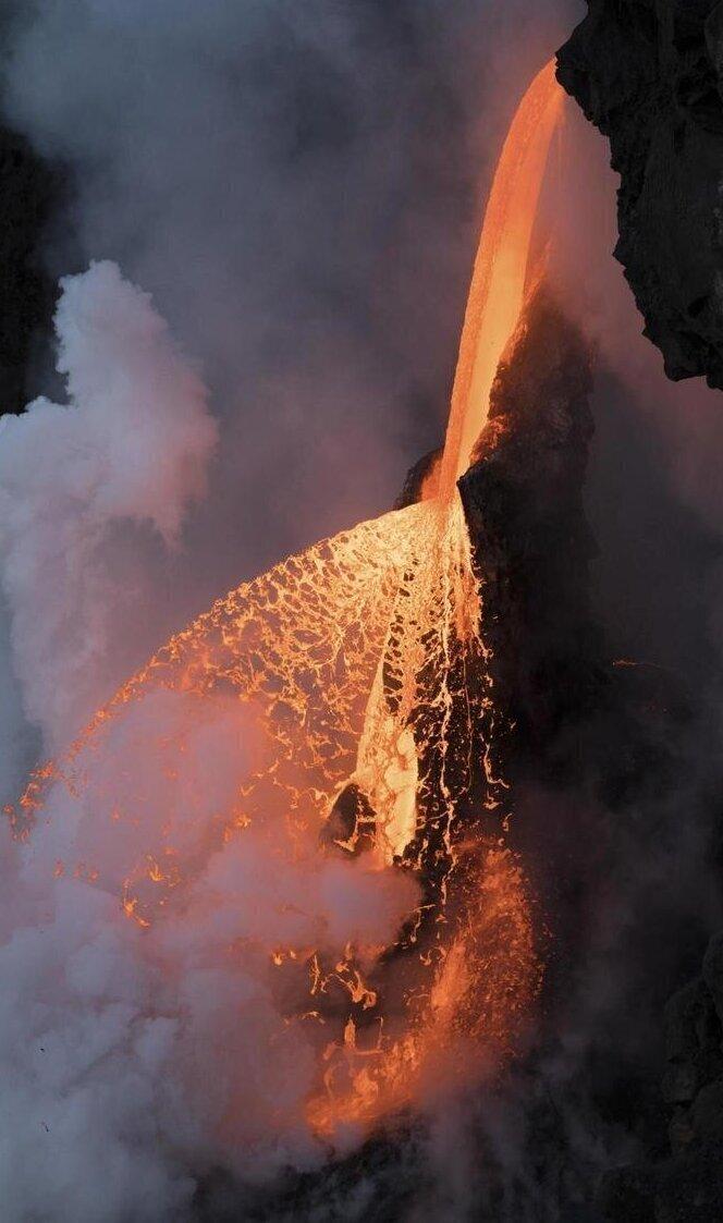 На фото лава. Огненный водопад на Гавайях