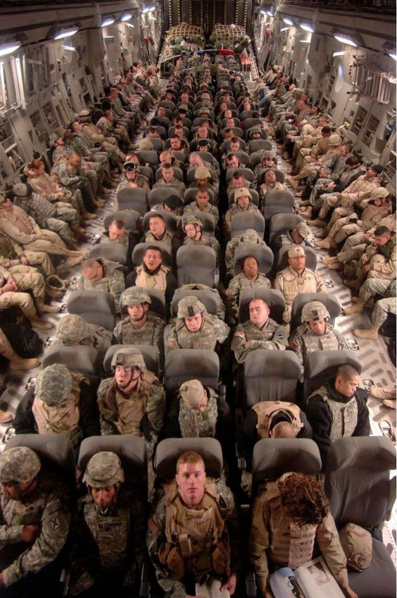 Внутри военного самолета, перевозящего солдат домой