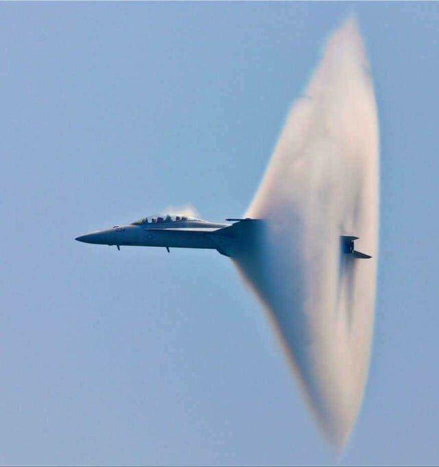 Преодоление звукового барьера F-18 Super Hornet