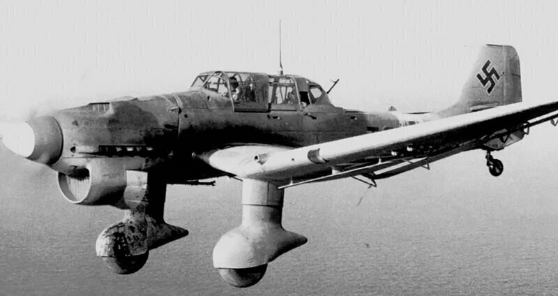 Junkers Ju 87 - Немецкий одномоторный двухместный пикирующий бомбардировщик и штурмовик времён Второй мировой войны.