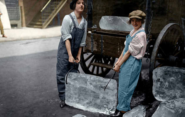 """""""Ледяные девушки"""" доставляют лед в 1918 году"""
