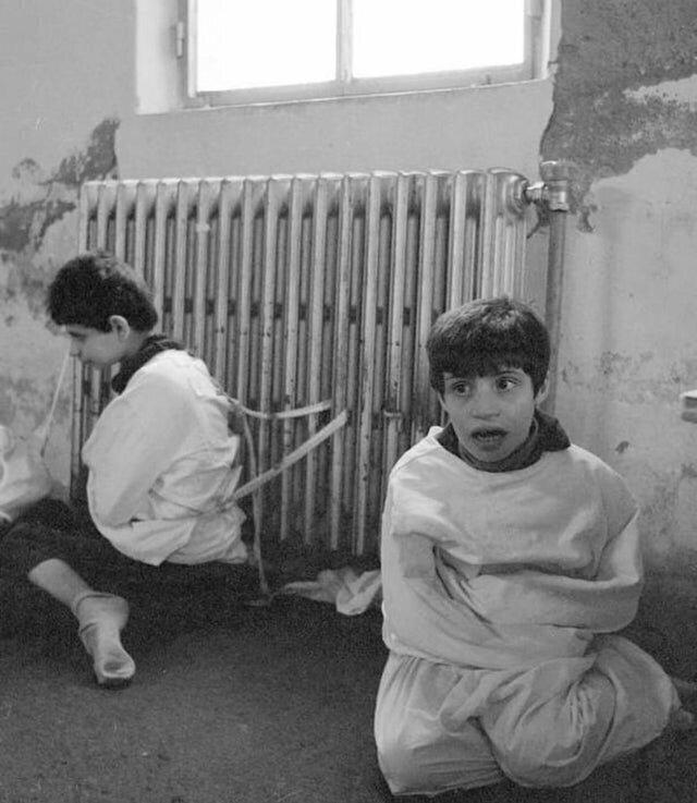 Дети с аутизмом, привязанные к батареями, Испания, 1982 год. Вероятно, так проходило лечение