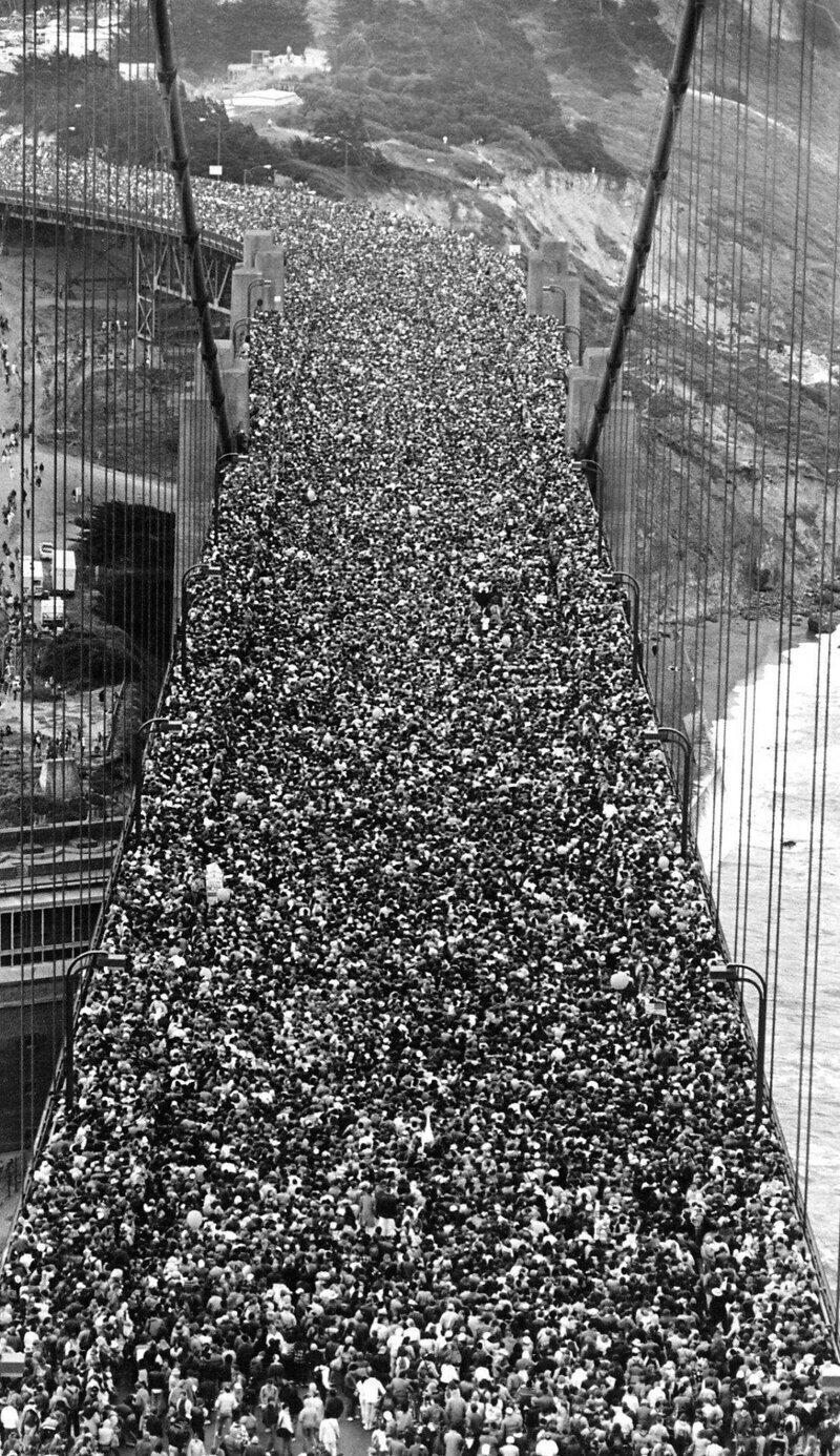 """Толпа собралась на открытии моста """"Золотые ворота"""" в Сан-Франциско, 27 мая 1937 года"""